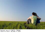 Купить «Парень обнимает девушку в поле», фото № 252756, снято 12 апреля 2008 г. (c) Арестов Андрей Павлович / Фотобанк Лори