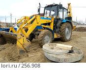 Купить «Трактор на строительстве», фото № 256908, снято 18 апреля 2007 г. (c) Минаев Сергей / Фотобанк Лори