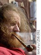 Купить «Бородатый мужчина курит трубку в задумчивости», фото № 258092, снято 9 марта 2008 г. (c) Минаев Сергей / Фотобанк Лори