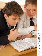 Купить «Вдвоем над учебником», фото № 260412, снято 23 апреля 2008 г. (c) Федор Королевский / Фотобанк Лори