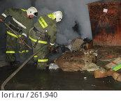 Купить «Пожарные тушат горящую свалку лопатой», фото № 261940, снято 23 марта 2019 г. (c) Константин Босов / Фотобанк Лори