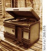Купить «Старая радиола», фото № 266616, снято 28 января 2020 г. (c) Светлана Кучинская / Фотобанк Лори