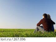 Купить «Парень обнимает девушку в поле», фото № 267096, снято 12 апреля 2008 г. (c) Арестов Андрей Павлович / Фотобанк Лори