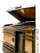 Купить «Старая радиола на белом фоне», фото № 267420, снято 19 июля 2019 г. (c) Светлана Кучинская / Фотобанк Лори