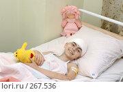Купить «Девочка с перевязанной головой лежит в кровати с игрушкой в руке. Детская больница», фото № 267536, снято 17 сентября 2004 г. (c) Виктор Филиппович Погонцев / Фотобанк Лори