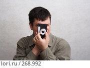 Купить «Мужчина с фотоаппаратом изолированно», фото № 268992, снято 27 марта 2008 г. (c) Anna Kavchik / Фотобанк Лори