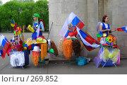 Девушки  торгуют игрушками в парке (2008 год). Редакционное фото, фотограф lana1501 / Фотобанк Лори