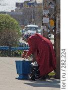 """Купить «""""В поиске"""". Старая женщина роется в урне.», фото № 282224, снято 11 мая 2008 г. (c) Григорий Погребняк / Фотобанк Лори"""