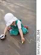 Купить «Ребенок рисует мелками на асфальте», фото № 282364, снято 23 июня 2007 г. (c) Анатолий Типляшин / Фотобанк Лори