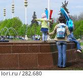 Мама с дочкой смотрят на фонтан (2008 год). Редакционное фото, фотограф lana1501 / Фотобанк Лори