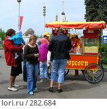 Люди покупают попкорн (2008 год). Редакционное фото, фотограф lana1501 / Фотобанк Лори