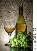 Купить «Белое вино и гроздь винограда», фото № 286172, снято 23 апреля 2018 г. (c) Роман Сигаев / Фотобанк Лори