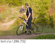 Купить «Велосипедист на распутье», фото № 286732, снято 12 мая 2008 г. (c) Эдуард Межерицкий / Фотобанк Лори