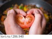 Купить «Руки держат сердце из половинки помидора», фото № 286940, снято 15 мая 2008 г. (c) Алексей Судариков / Фотобанк Лори