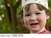 Купить «Портрет девочки в бумажной короне», фото № 288916, снято 10 мая 2008 г. (c) Екатерина Соловьева / Фотобанк Лори