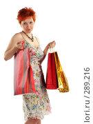 Купить «Рыжеволосая девушка с покупками. Изолировано на белом фоне», фото № 289216, снято 17 мая 2008 г. (c) Наталья Белотелова / Фотобанк Лори