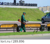 Купить «Рабочий косит траву», эксклюзивное фото № 289896, снято 8 мая 2008 г. (c) lana1501 / Фотобанк Лори