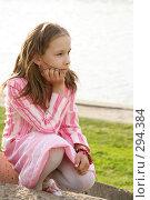 Девочка сидит у реки. Стоковое фото, фотограф Варвара Воронова / Фотобанк Лори