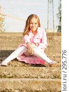 Девочка сидит на лестнице. Стоковое фото, фотограф Варвара Воронова / Фотобанк Лори