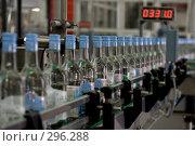 Купить «Конвейер с готовыми бутылками с водкой на ликеро-водочном заводе», фото № 296288, снято 20 мая 2008 г. (c) Harry / Фотобанк Лори