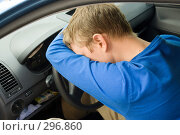 Купить «Мужчина спит за рулем автомобиля», фото № 296860, снято 4 мая 2008 г. (c) паша семенов / Фотобанк Лори