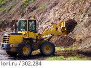 Купить «Фронтальный погрузчик», фото № 302284, снято 28 мая 2008 г. (c) RedTC / Фотобанк Лори