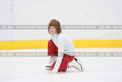 Купить «Девочка фигурист учится кататься», эксклюзивное фото № 303996, снято 18 мая 2008 г. (c) Дмитрий Неумоин / Фотобанк Лори