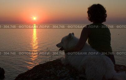 Купить «Девушка и собака смотрят на закат», фото № 304748, снято 22 января 2019 г. (c) Максим Горпенюк / Фотобанк Лори