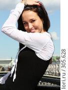 Купить «Молодая современная девушка на мосту (Москва)», фото № 305628, снято 29 мая 2008 г. (c) Андрей Аркуша / Фотобанк Лори