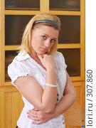 Купить «Портрет блондинки у шкафа», фото № 307860, снято 26 апреля 2008 г. (c) Федор Королевский / Фотобанк Лори