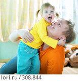 Купить «Девочка с отцом», фото № 308844, снято 3 мая 2008 г. (c) Анатолий Типляшин / Фотобанк Лори