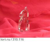 Купить «Кристалл горного хрусталя на алом», фото № 310116, снято 4 июня 2008 г. (c) Владислав Семенов / Фотобанк Лори