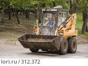 Купить «Малый подборщик, едущий по дороге», фото № 312372, снято 31 мая 2008 г. (c) Эдуард Межерицкий / Фотобанк Лори