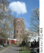 Купить «Башня около Новодевичьего кладбища и облако над ней», фото № 312464, снято 4 мая 2006 г. (c) Софья Ханджи / Фотобанк Лори