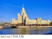 Купить «Высотное здание в Москве», фото № 314136, снято 17 августа 2018 г. (c) Михаил Лукьянов / Фотобанк Лори