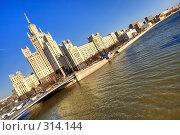 Купить «Высотное здание в Москве», фото № 314144, снято 17 августа 2018 г. (c) Михаил Лукьянов / Фотобанк Лори