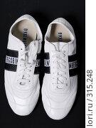 Купить «Белые туфли на черном фоне», фото № 315248, снято 29 мая 2007 г. (c) Илья Лиманов / Фотобанк Лори