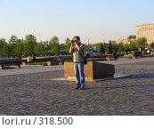 Купить «Мужчина фотографирует в ПаркеПобеды», эксклюзивное фото № 318500, снято 27 апреля 2008 г. (c) lana1501 / Фотобанк Лори