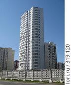 Высокий белый жилой дом на фоне чистого неба (2008 год). Стоковое фото, фотограф Елена Селезнева / Фотобанк Лори