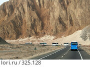 Купить «Автобусная колонна в горах», фото № 325128, снято 8 марта 2008 г. (c) Бондаренко Сергей / Фотобанк Лори