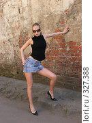 Девушка у стены. Стоковое фото, фотограф Алексей Попрыгин / Фотобанк Лори
