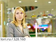 Купить «Молодая женщине в бизнес-холле», фото № 328160, снято 18 августа 2018 г. (c) BestPhotoStudio / Фотобанк Лори