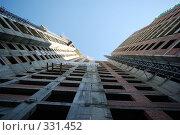 Купить «Строительство жилого дома», фото № 331452, снято 20 июня 2008 г. (c) Дмитрий Тарасов / Фотобанк Лори