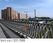 Купить «Вид на строящийся жилой комплекс в микрорайоне «1 Мая», автомобильный мост через МКАД, Балашиха, Московская область», эксклюзивное фото № 331588, снято 9 июня 2008 г. (c) lana1501 / Фотобанк Лори
