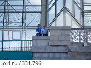 Купить «Люди смотрят вниз с Андреевского моста на Москва-реке», фото № 331796, снято 18 июня 2008 г. (c) Эдуард Межерицкий / Фотобанк Лори