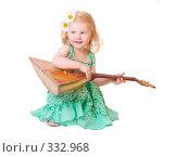 Купить «Маленькая девочка с балалайкой», фото № 332968, снято 8 июня 2008 г. (c) Майя Крученкова / Фотобанк Лори