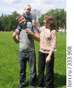 Купить «А это я папу с мамой вывел на прогулку, а то у них работа сидячая», фото № 333908, снято 15 июня 2008 г. (c) ИВА Афонская / Фотобанк Лори