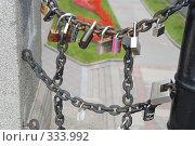 Замки молодоженов на мосту. Москва. Россия (2008 год). Редакционное фото, фотограф E. O. / Фотобанк Лори