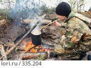 Купить «Подросток готовит пищу на костре», фото № 335204, снято 8 июня 2008 г. (c) Круглов Олег / Фотобанк Лори