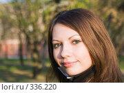 Купить «Улыбающаяся девушка на улице», фото № 336220, снято 11 апреля 2008 г. (c) Сергей Сухоруков / Фотобанк Лори